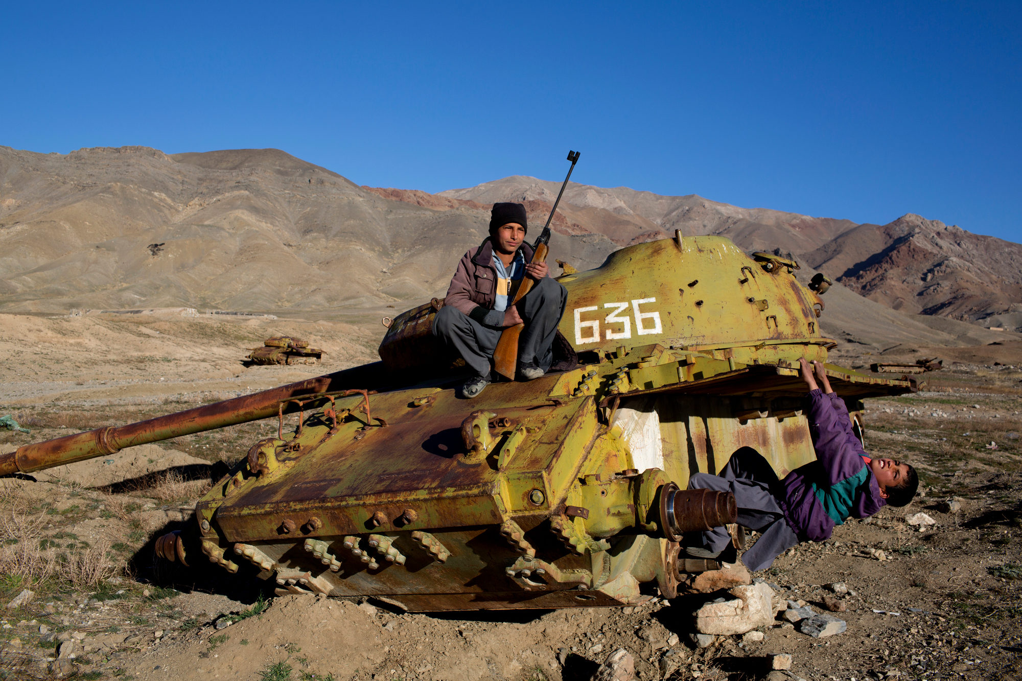 Panshir, Afghanistan The brothers Ahmed Agha, 12 years old, and Nazir Agha, 7 years old, are hunting birds before school starts. e eld they hunt in is full of old Russian tanks. Photo: Niclas Hammarstršm / Kontinent